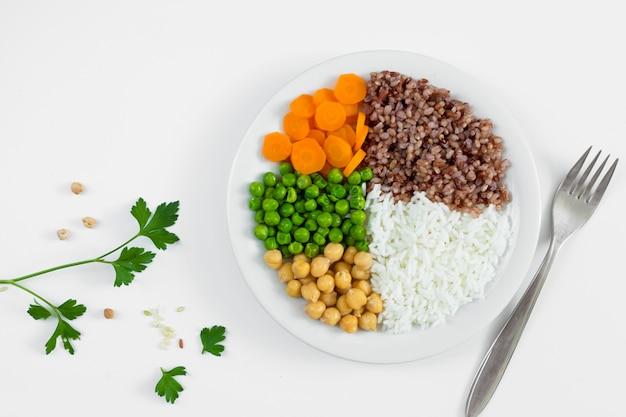 접시에 야채와 죽의 종류