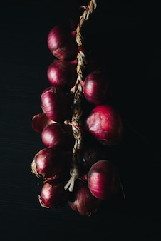 어두운 배경에 붉은 양파의 종류. 신선한 유기농 야채. 음식과 요리의 개념입니다. 샐러드, 스프, 요리 재료.
