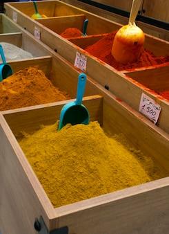 슈퍼마켓 카운터에 다양한 종류의 향신료.