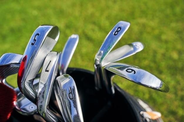 Различные типы клюшек для гольфа из нержавеющей стали с номерами, помещенными в сумку для гольфа