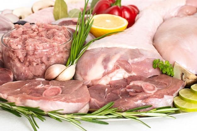 Различные виды мяса индейки и курицы, стейки, туша птицы для приготовления пищи, изолированные. концепция приготовления