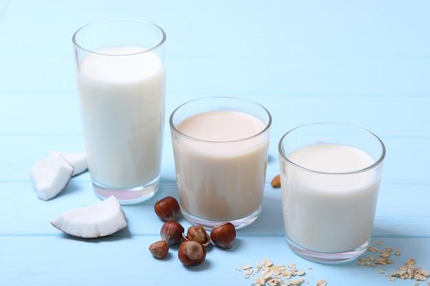 テーブルの上のさまざまな種類の植物性ミルク