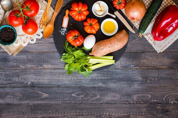 さまざまな種類の野菜、古い木製のテーブル、テキスト用のスペース。
