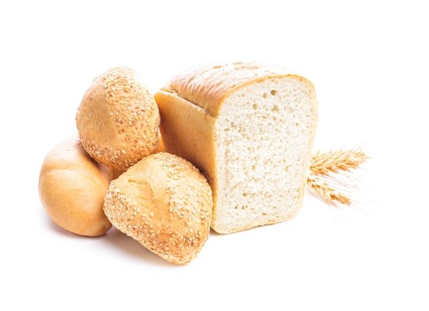Различные виды пшеничного хлеба и булочки, изолированные на белом фоне