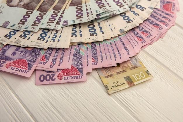 다른 우크라이나 돈 1000 및 500 지폐 나무 책상에 누워. uah. 저장 및 돈 개념