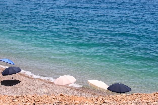 화창한 해변, 몬테네그로에 다른 우산.