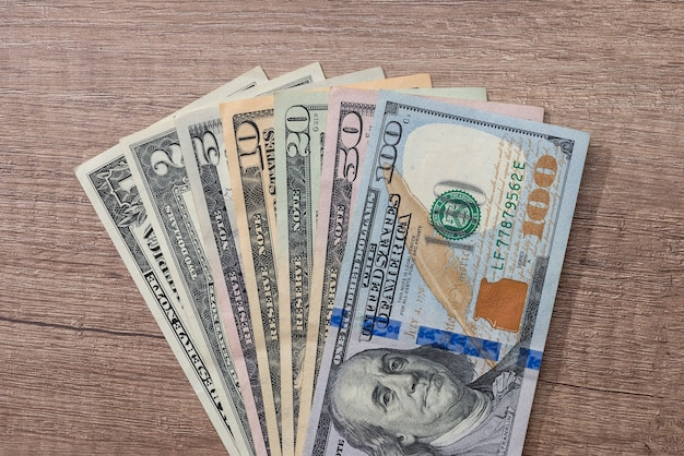 Различный доллар сша на столе