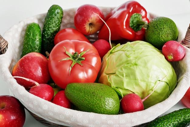Различные овощи и фрукты изолированы.