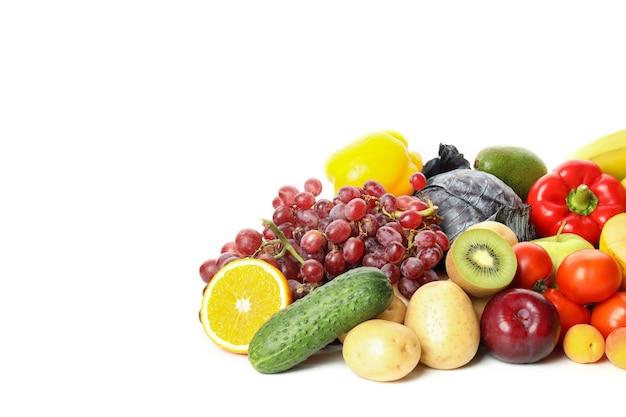 白い背景で隔離のさまざまな野菜や果物