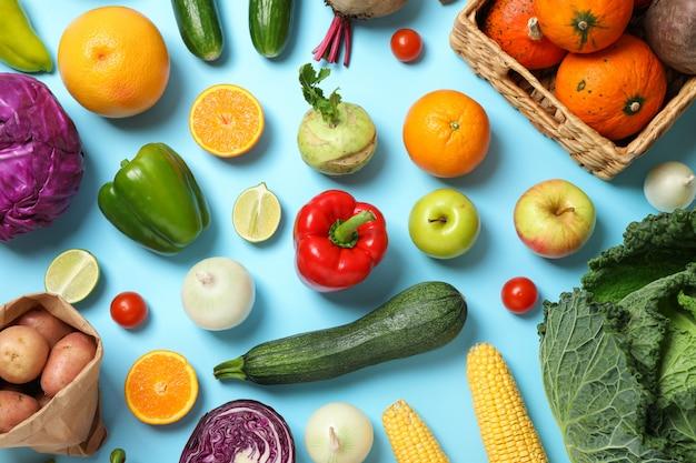 Различные овощи и фрукты на синем вид сверху