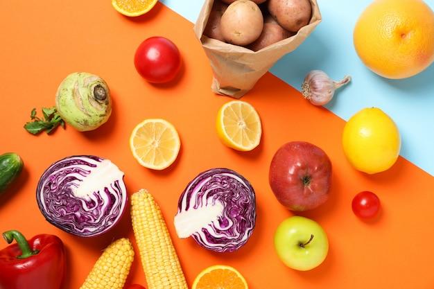 テキストの2つのトーンスペースにさまざまな野菜や果物