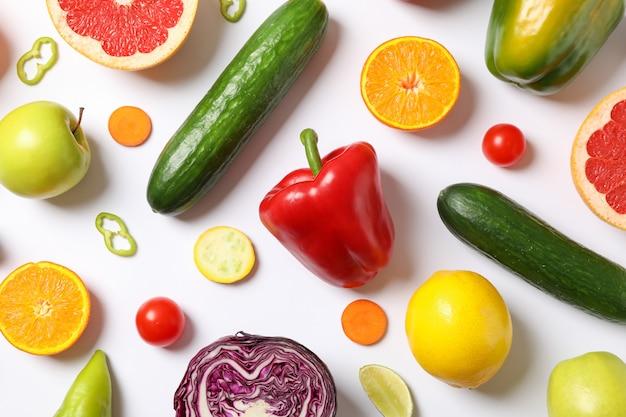 白、トップビューでさまざまな野菜や果物