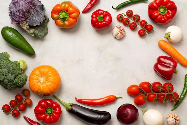 Круглая рамка из различных овощей