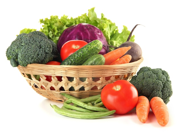 흰색 절연 바구니에 다른 야채