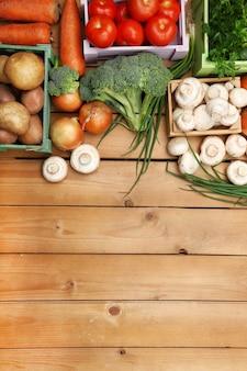 Различные овощи в ящиках на деревянном столе