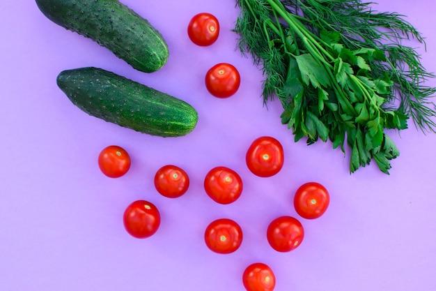 보라색 배경에 다른 야채, 야채 - 감자, 당근, 양파, 토마토, 오이, 채소. 건강한 다이어트.