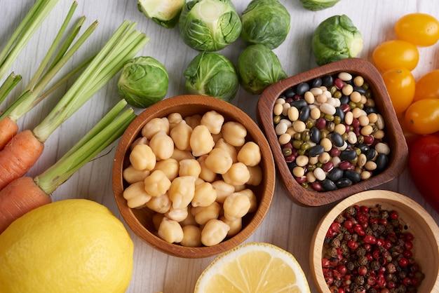 Различные овощи, семена и фрукты на столе. квартира, вид сверху.