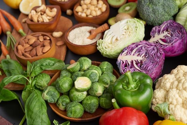 테이블에 다른 야채, 씨앗 및 과일. 평면 배치, 평면도.