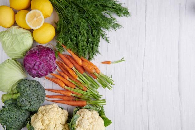 테이블에 다른 야채, 씨앗 및 과일. 건강한 식단. 평면 배치, 평면도.