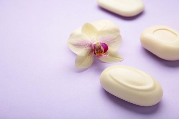 Разное белое мыло с цветами