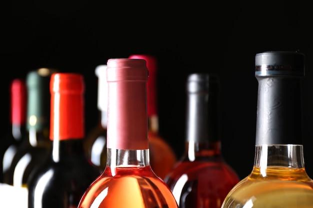 暗い空間でのさまざまなワインのボトルネック