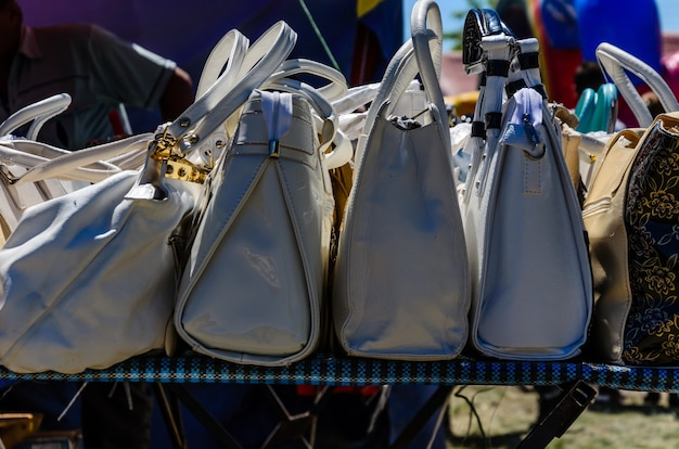 Различные женские сумки для продажи на уличной ярмарке