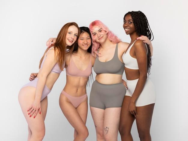 Разные женщины позируют вместе