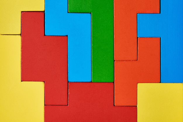 Фон различных деревянных блоков. понятие логического мышления и образования. кубики красочные геометрические фигуры
