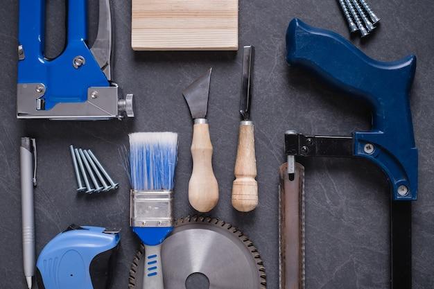 テーブルの上の家の改修のためのさまざまな作業建設ツール