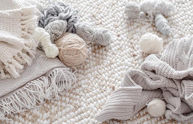 Разная пряжа для вязания в пастельных тонах вид сверху.