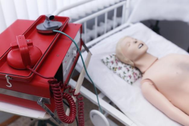 Дифибриллятор и манекен. фон. концепция аварийного спасения жизни