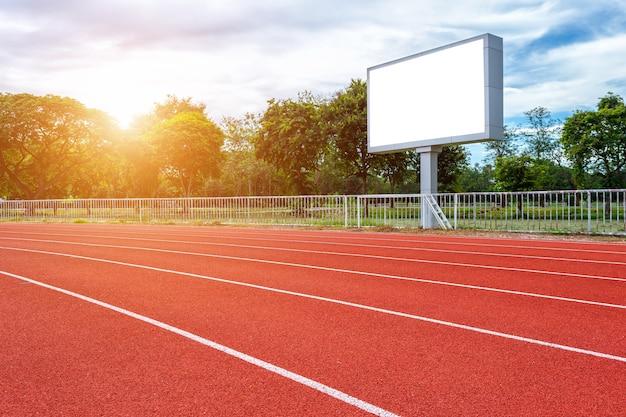 Цифровой пустой табло на футбольном стадионе с беговой дорожкой на открытом воздухе