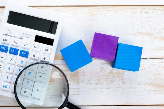 Цифровой калькулятор на столе