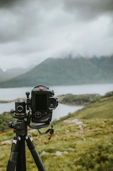 Цифровая камера у озера в туманный день