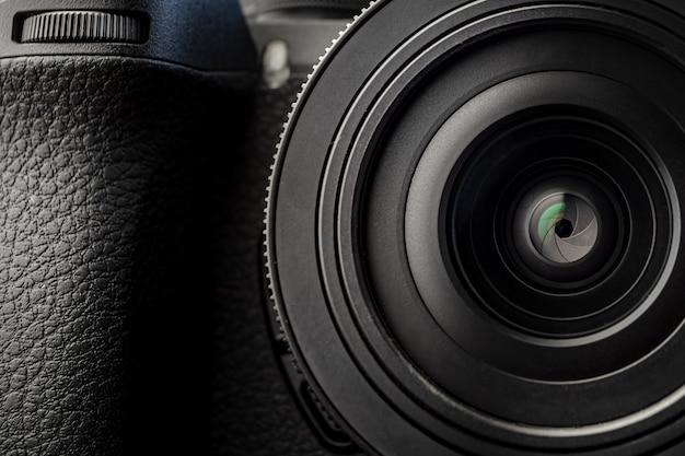 暗い背景のデジタルカメラレンズ