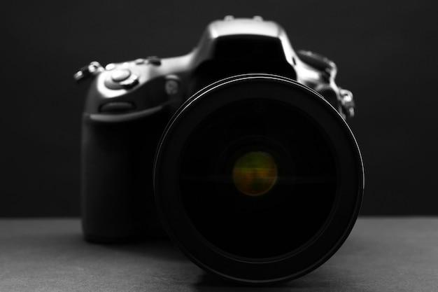 어두운 배경에 디지털 카메라