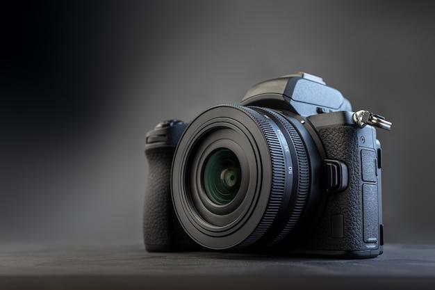 暗い背景のデジタルカメラ