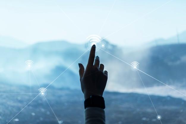 Sfondo della tecnologia di comunicazione digitale con remix digitale dello schermo virtuale che tocca la mano