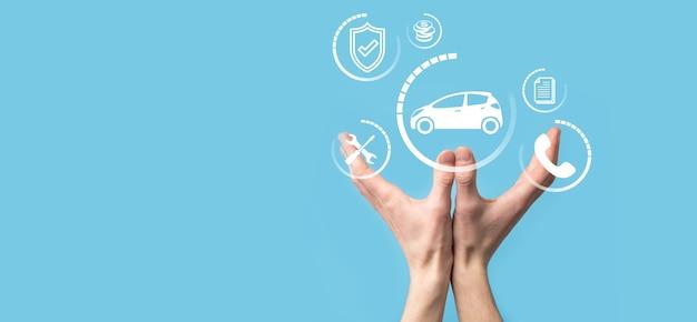 자동차 아이콘을 들고 남자의 디지털 합성입니다. 자동차 자동차 보험 및 자동차 서비스 개념입니다. 제스처와 자동차 아이콘을 제공하는 사업가.