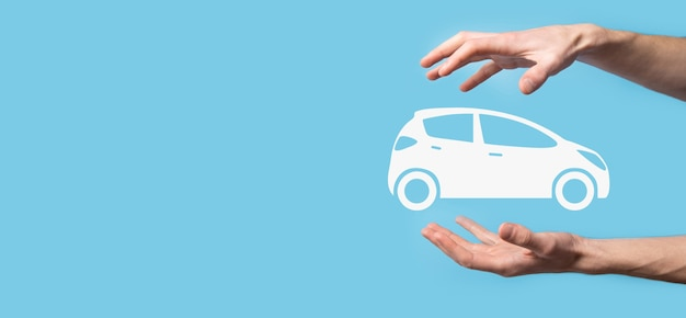 Цифровая композиция человека, держащего автомобиль значок. автомобильное страхование и концепция автосервисов. бизнесмен с жестом предложения и значком автомобиля.