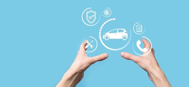 Цифровая композиция человека, держащего значок автомобиля. автомобильное страхование и концепция автосервисов. бизнесмен с жестом предложения и значком автомобиля