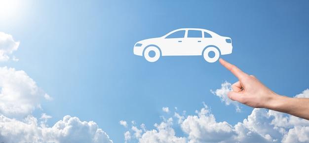 자동차 아이콘을 들고 남자의 디지털 합성입니다. 자동차 자동차 보험 및 자동차 서비스 개념입니다. 제스처와 자동차 아이콘을 제공하는 사업가