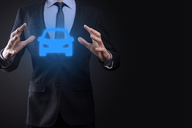 Цифровая композиция человека, держащего значок автомобиля. автомобильное страхование и концепция автосервисов. бизнесмен с жестом предложения и значком автомобиля.