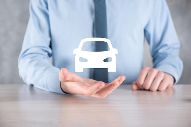 자동차 아이콘을 들고 남자의 디지털 합성. 자동차 자동차 보험 및 자동차 서비스 개념입니다. 제스처와 자동차의 아이콘을 제공하는 사업가.