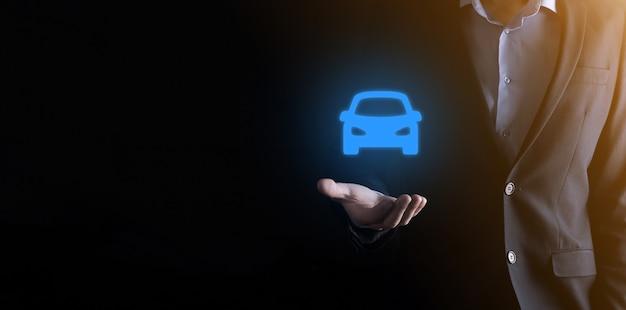 車のアイコンを保持している男のデジタル合成。自動車保険と自動車サービスのコンセプト。