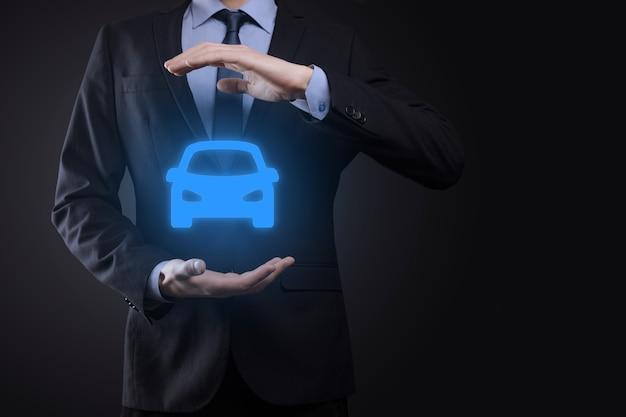 Цифровая композиция человека, держащего автомобильный символ. автомобильное страхование и концепция автомобильных услуг