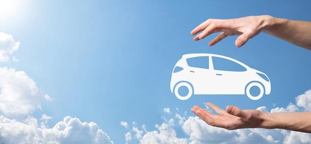 車のアイコンを保持している人のデジタル合成。自動車保険と自動車サービスの概念。