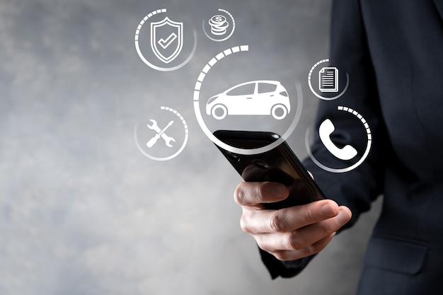 자동차 아이콘을 들고 남자의 디지털 합성입니다. 자동차 자동차 보험 및 자동차 서비스 개념입니다.