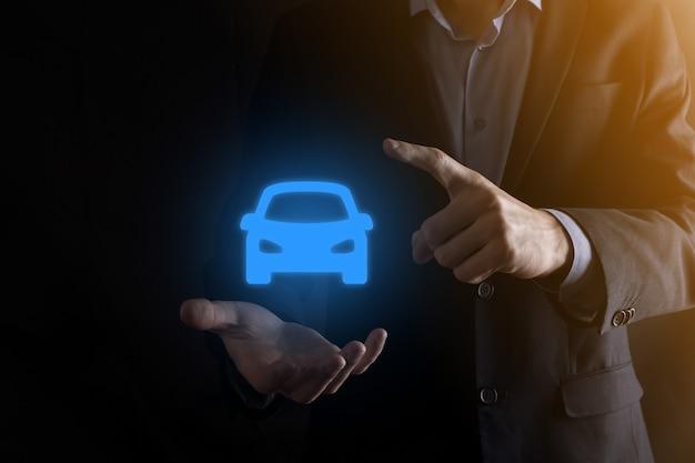 車のアイコンを保持している男のデジタル合成。
