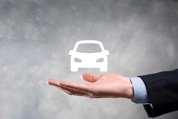 Цифровая композиция человека, держащего автомобиль символ. автомобильное страхование и концепция автосервисов. бизнесмен с жестом предложения и значком автомобиля.